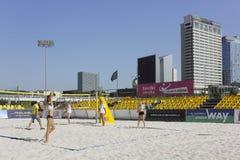 Formation de matin de l'équipe lithuanienne des femmes sur le volleyball de plage Images stock