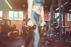 Formation de muscle de jambe, mouvements brusques avec des halt?res Femme mod?le sportive avec l'organisation sportive s'exer?ant image libre de droits