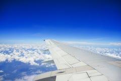 Formation de nuage d'Unic avec le ciel bleu, vue des fenêtres de vol avec le secteur de copyspace Photos libres de droits