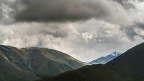 Formation de nuage sur des montagnes banque de vidéos