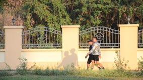 Formation de père et football ou football thaïlandais asiatique de jouer avec le fils au terrain de jeu banque de vidéos