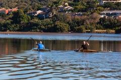 Formation de Paddlers de canoë-kayak de rivière image libre de droits