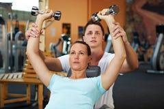 Formation de poids avec l'entraîneur de forme physique Photos stock