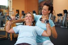 Formation de poids avec l'entraîneur de forme physique Images libres de droits