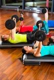 Formation de poids dans le gymnase avec des haltères Photo stock