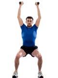Formation de poids de séance d'entraînement d'homme se tapissant Photo stock
