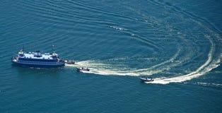Formation de police G20 montant à bord d'un bateau en mer Photographie stock libre de droits