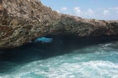 Formation de pont naturelle au parc naturel de Shete Boka, Curaçao images stock