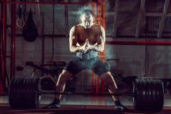Formation de pratique de crossfit de jeune athlète photographie stock libre de droits