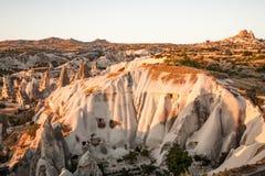 Formation de roche à la lumière du soleil chaude dans Cappadocia, Turquie Photos stock