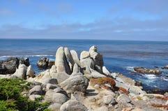 Formation de roche au-dessus de l'océan Photo stock