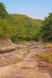 Formation de roche avec des collines à l'arrière-plan Photographie stock libre de droits