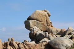 Formation de roche bizarre contre le ciel bleu, Sardaigne, Italie photo stock