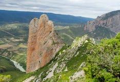 Formation de roche conglomérée rouge formée peu commune de Los Mallos de Riglos en Espagne image stock
