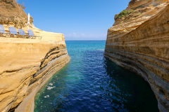 Formation de roche d'intrigue amoureuse de ` du canal d, littoral d'océan, île de Corfou Photo stock