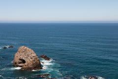 Formation de roche dans l'océan Photographie stock libre de droits