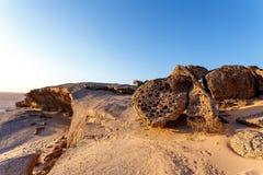 Formation de roche dans le désert de Namib dans le coucher du soleil, paysage Photos stock