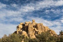 Formation de roche de désert sous les cieux bleus Photos libres de droits