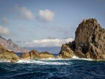 Formation de roche en mer le soir photographie stock libre de droits