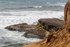Formation de roche et érosion de Cliffside au point Loma Tide Pools photographie stock libre de droits