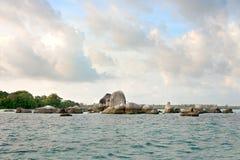Formation de roche naturelle de granit placée dans l'océan à côté de la plage blanche de sable en île de Belitung de matin Photo stock
