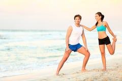 Formation de séance d'entraînement de couples sur la plage Image stock