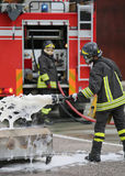 Formation de sapeur-pompier et extincteur avec la mousse et le camion image libre de droits
