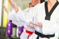 Formation de sport d'arts martiaux dans le gymnase photographie stock