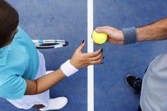 Formation de tennis donnant des leçons particulières à l'athlète Active Concept d'exercice image libre de droits