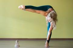 Formation de yoga de flexibilité Photo libre de droits