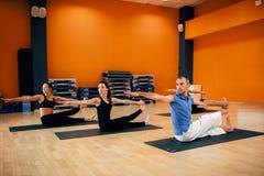 Formation de yoga, séance d'entraînement femelle de groupe dans le gymnase Images libres de droits