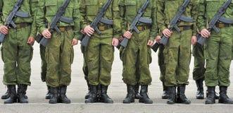 Formation des soldats avec des canons Images libres de droits