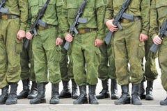Formation des soldats avec des canons Image libre de droits