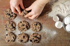 Formation du dessert, d'un biscuit léger des grains et des fruits Image stock