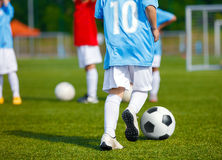 Formation du football du football pour des enfants Le football de formation de Young Boys Photos stock