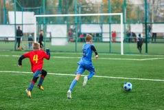 Formation du football pour des enfants Garçons dans les vêtements de sport rouges bleus sur le terrain de football Les jeunes foo photo libre de droits