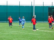 Formation du football pour des enfants Garçons dans les vêtements de sport rouges bleus sur le terrain de football Les jeunes foo image libre de droits