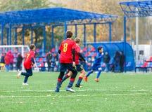 Formation du football pour des enfants Garçons dans les vêtements de sport rouges bleus sur le terrain de football Les jeunes foo photos libres de droits