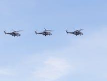 Formation du vol Mi-35 sur le ciel bleu Photographie stock