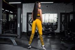 Formation en gymnastique Fille de forme physique posant et montrant son chiffre Photographie stock