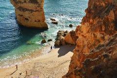 Formation et plage de roches d'Algarve Image stock