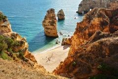 Formation et plage de roches d'Algarve Image libre de droits