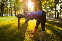 Formation extérieure d'aérobic de femme pour la bonne forme Photos libres de droits
