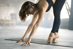Formation folâtre de yoga de fille Photo stock