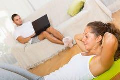 Formation heureuse de jeune femme sur le tapis Photos stock