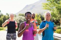 Formation heureuse de personnes de forme physique avec des halt?res photo libre de droits