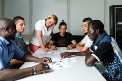 Formation linguistique pour des réfugiés dans un camp allemand Photographie stock libre de droits