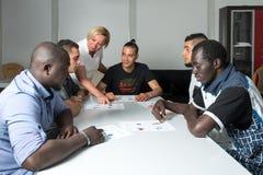 Formation linguistique pour des réfugiés dans un camp allemand Image stock
