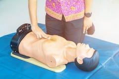 Formation médicale factice d'aide de CPR avec le coeur de presse de main sur le concept de stage de recyclage de secours de poupé photo libre de droits