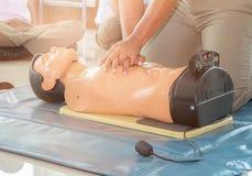 Formation médicale factice d'aide de CPR avec le coeur de presse de main sur le concept de stage de recyclage de secours de poupé photographie stock libre de droits